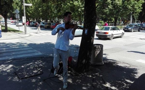 Ulična scena i violina dovoljni za sreću