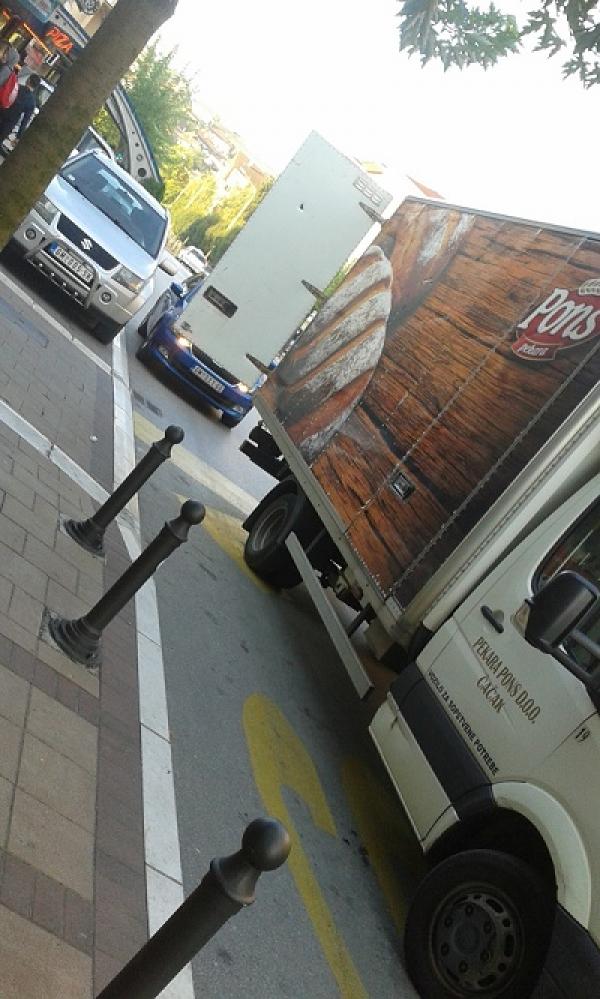 Čitalac reporter – Za koga je namenjen parking ispred prodavnice?