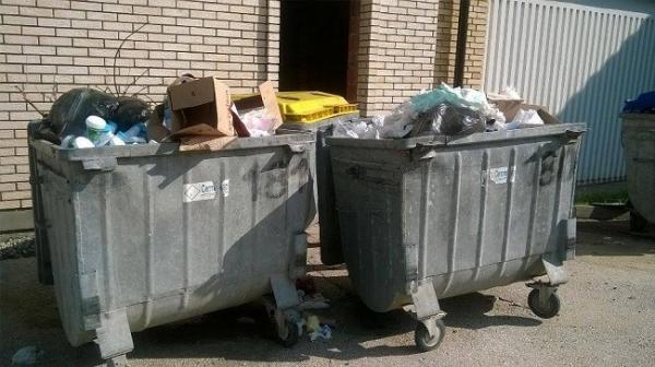 Ulica smrdi zbog prepunih kontejnera