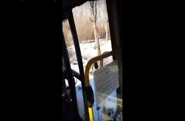 MAJSTORE, VRATA! Putnici se vozili sa otvorenim vratima u autobusu