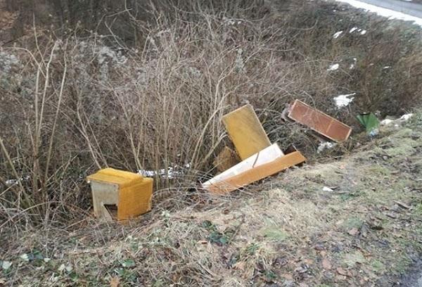 Čitalac reporter: Nikla nova divlja deponija – Nameštaj pored puta