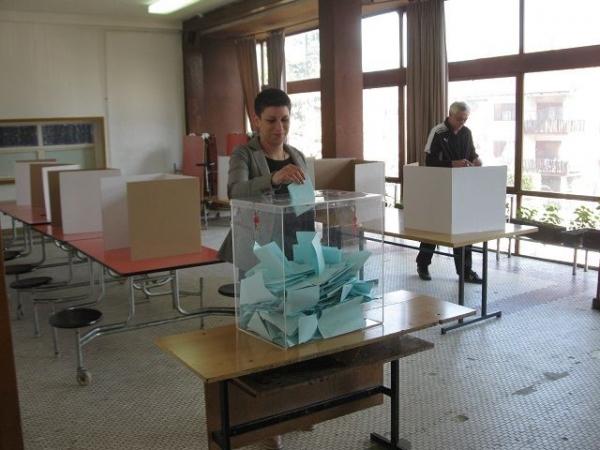 """Predsednica Udruženja """"Mladi Milanovca"""" Kristina Milošević glasala u TŠ """"Jovan Žujović"""""""