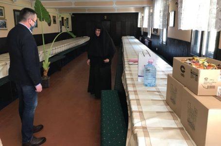 Manastiru u Vraćevšnici uručena zaštitna oprema i osnovne životne namirnice