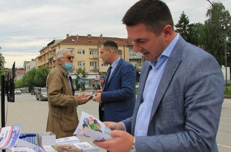 Naprednjaci sugrađanima na trgu predstavili svoj program