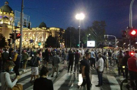 Spontani protest građana ispred Skupštine zbog novih mera