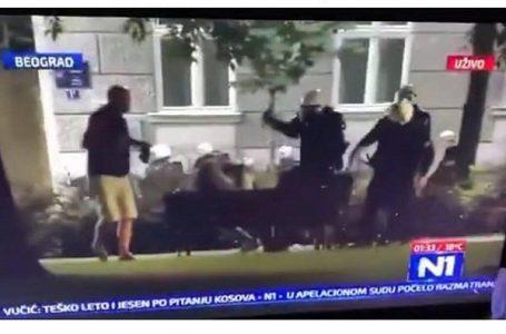 VIDEO: Policija pendrecima tukla muškarce koji su mirno sedeli na klupi u beogradskom parku