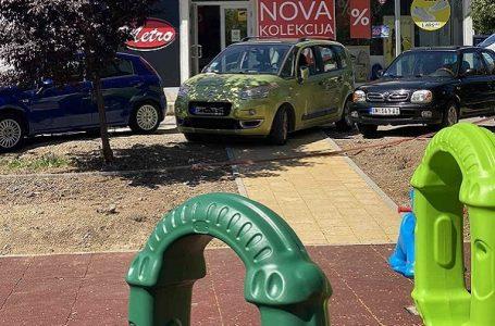 Čitalac reporter: Bahatost parkiranja ne manjka čak ni kada su deca u pitanju
