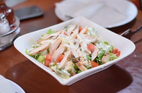 Pileća salata sa povrćem i karijem